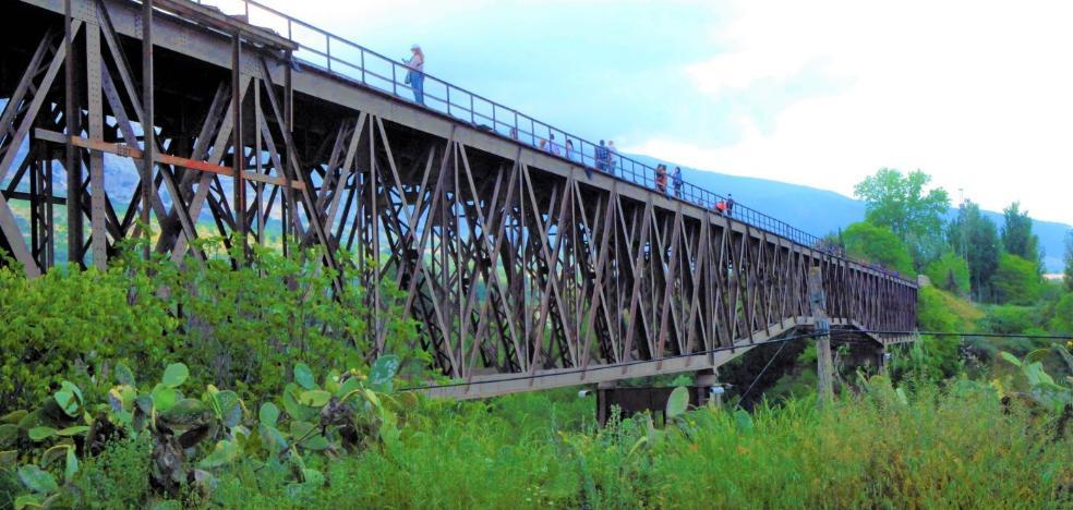 Consternación por la muerte de un joven que cayó desde el puente de Dúrcal mientras se hacía un selfi