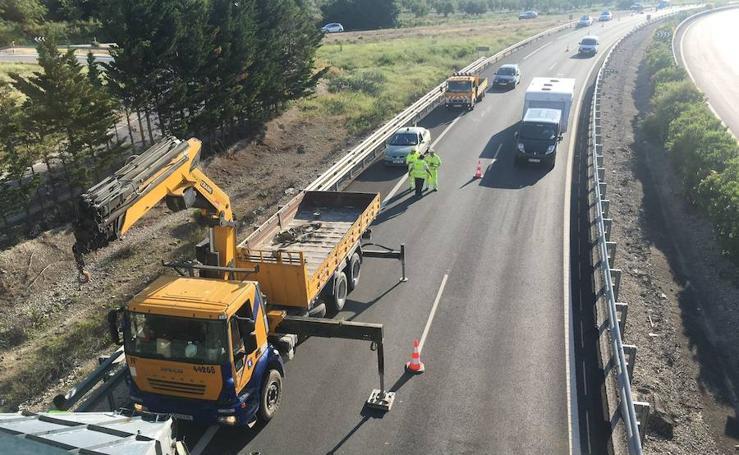 Un camión empotra su carga contra un puente en la A-316
