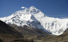 Limpieza a fondo en las alturas: retiran toneladas de heces humanas en el Everest