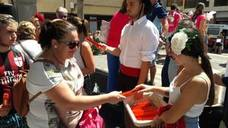 Abanicos de colores en el primer día de la Feria de Adra