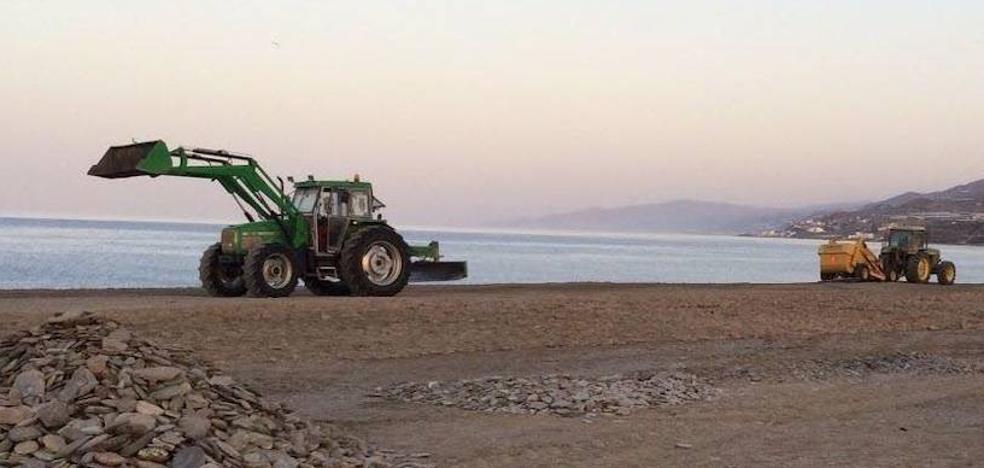 Costas inicia las obras de emergencia en las playas de Adra