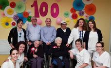 Dos mujeres centenarias soplan las velas en el corazón de la Alpujarra