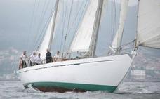 El Club Náutico recibe la visita de una embarcación de la Armada Española