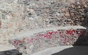 Cámaras de vigilancia para combatir los grafitis en la antigua muralla de Adra