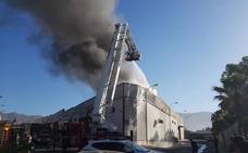 Arde una nave industrial en la barriada de La Curva