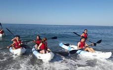 Adra invita a recorrer parte de su costa en kayak