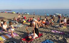 Las playas abderitanas, un enclave natural para practicar yoga en familia