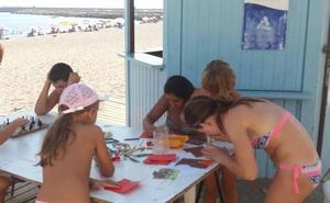 Adra brinda la posibilidad de leer a pie de playa a través de los quioscos 'Yo Leo'