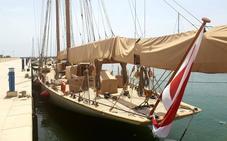 Un 'velero de cine' en el puerto deportivo de Adra