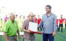 El fútbol abderitano reconoce la labor de Parrilla