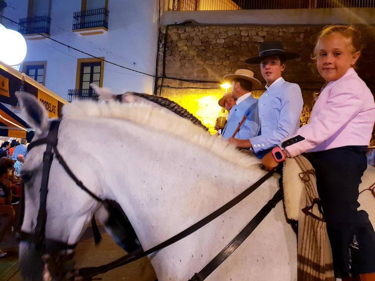 Desfile de gigantes, carrozas y caballos en la primera noche de feria en Adra