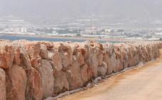 Una escollera protege las fincas ubicadas entre La Azucarera y el río Adra