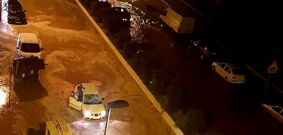 Una tromba de agua anega las calles de Adra