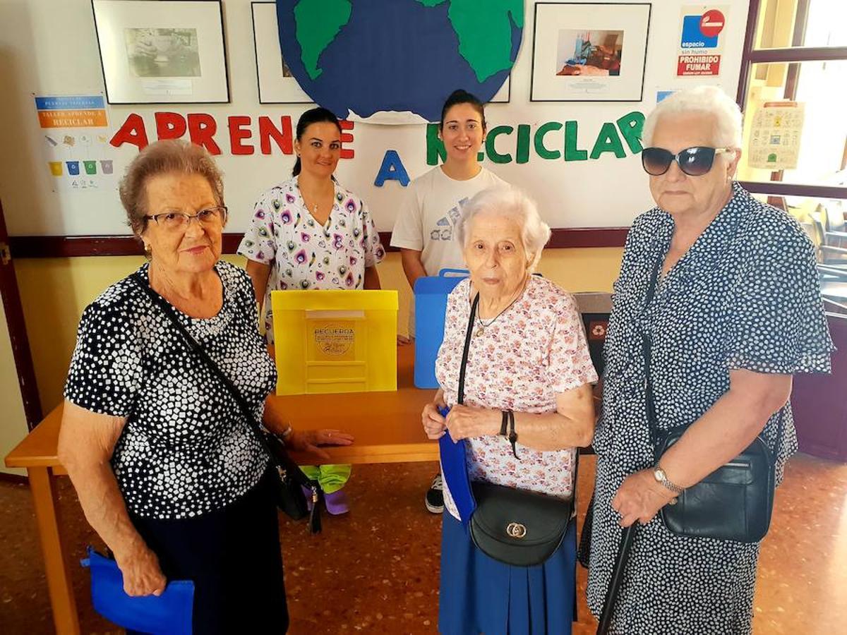 Los mayores abren las puertas de su casa en Adra