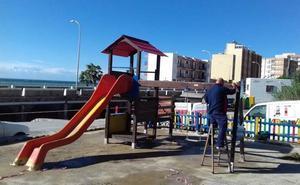 La Rambla de Bolaños de Adra 'estrena' parque infantil con un columpio adaptado