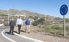 Carreteras adecenta la entrada a Adra por Guainos
