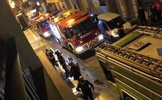 Un incendio en la calle Natalio Rivas de Adra obliga a evacuar a un anciano
