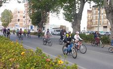 Inmaculada Marina invita a recorrer Adra en bicicleta