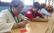 Intercambio de generaciones, juegos y vivencias en Berja