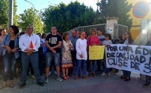 Manifestación a las puertas del Celia Viñas de Berja por suprimir una línea de Infantil