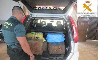 La Guardia Civil intercepta una embarcación en Adra con más de 400 kilos de hachís