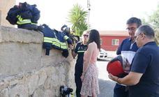 El personal de Protección Civil estrena trajes ignífugos para actuar en caso de incendio