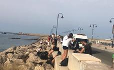 Un grupo de jóvenes 'declara la guerra' a la basura que acumula el Puerto de Adra