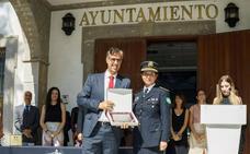 La plantilla de la Policía Local de Adra brinda un homenaje a César Arróniz