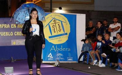 El comercio de Adra muestra en un desfile sus colecciones de otoño