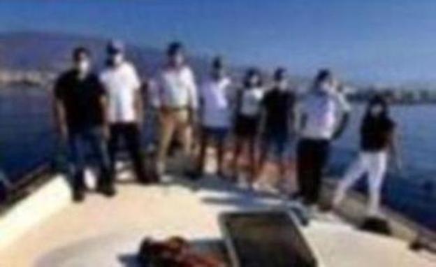 Blancazul surca la costa de Adra en el Día de las Tortugas Marinas