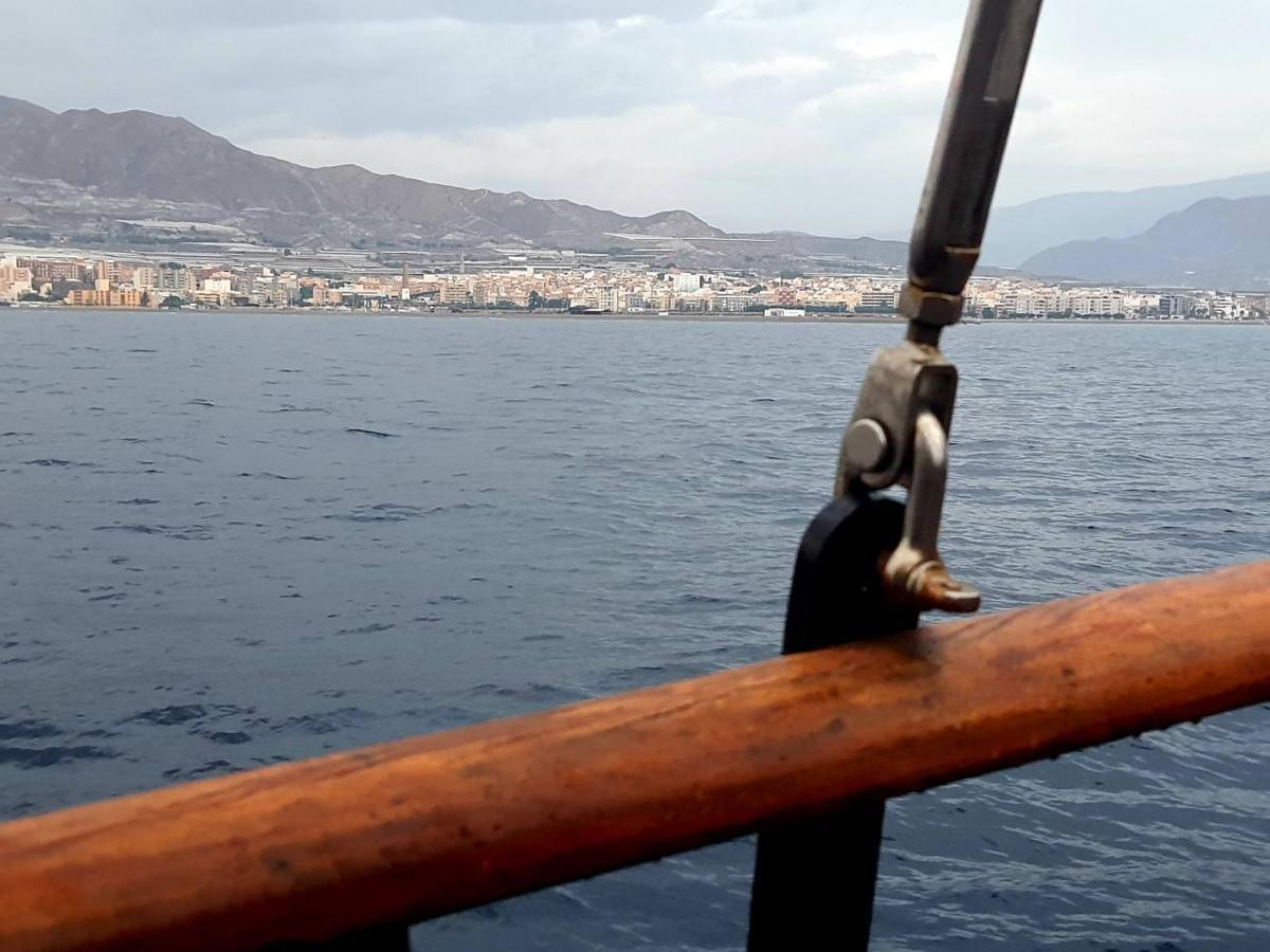 Más de 1.800 personas disfrutan de Adra desde la bahía