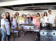 16 familias aprenden habilidades de la cocina mediterránea