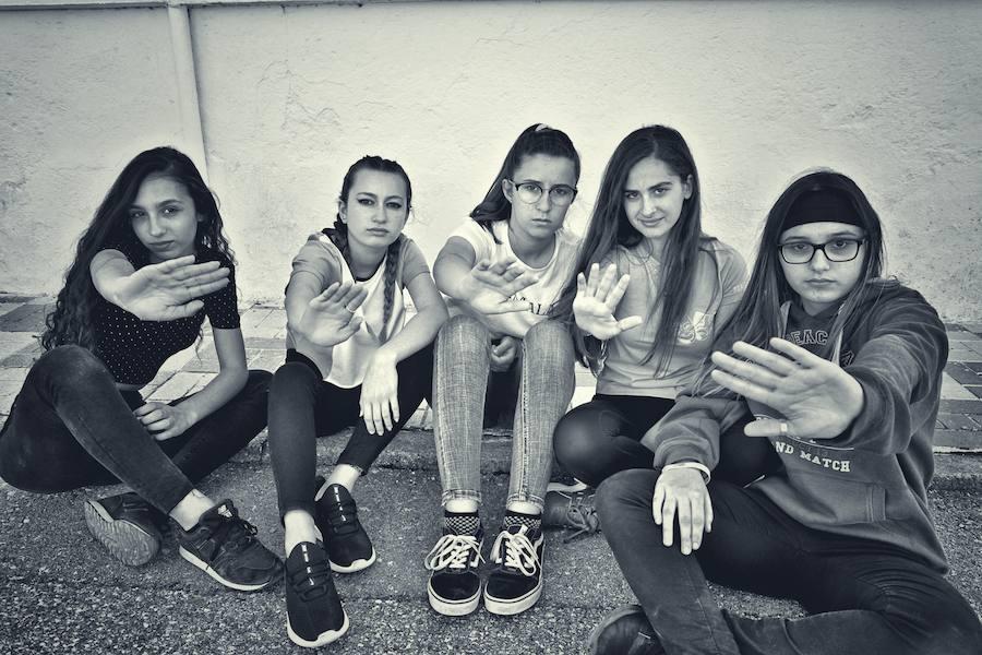 Jóvenes que conciencian sobre los peligros de las redes sociales