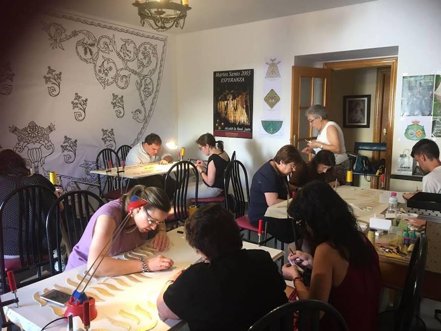 La Cofradía de la Esperanza da continuidad al taller de bordado