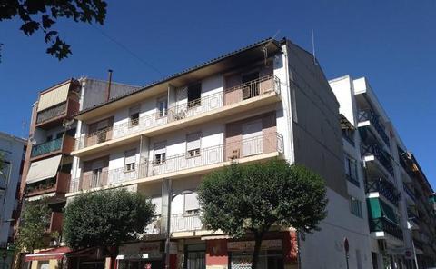 Rescatan a dos niños y un adulto de un incendio en la avenida de Andalucía de Alcalá la Real