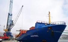 Grupo Cosentino bate récords en el Puerto de Almería con la operativa del portacontenedores Mistral