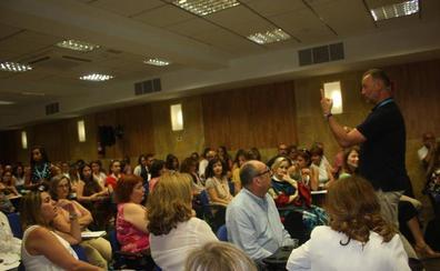 García Aguado insta a los padres a ayudar a sus hijos a tener un juicio crítico con respecto a las redes sociales