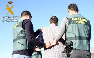 El hombre que apuñaló a otro en Oria esperó a ser detenido en una nave cercana
