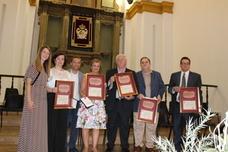 Cinco maestros reciben un homenaje del Ayuntamiento por su jubilación