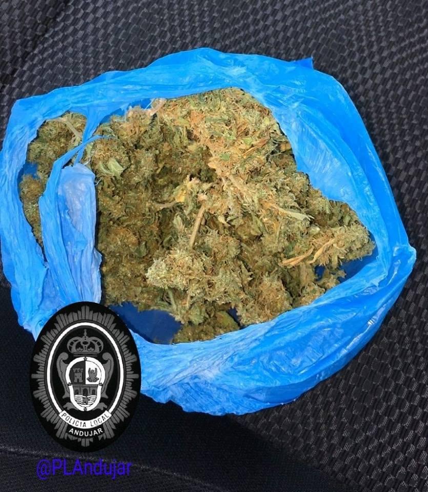 La Policía Local aprehende a un conductor una bolsa con marihuana
