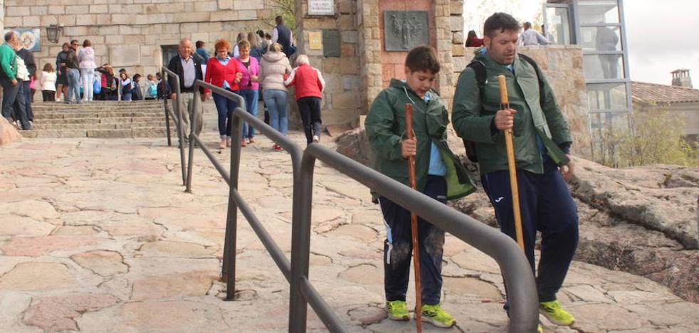 IU plantea que los miles de turistas que acuden al Santuario visiten también Andújar