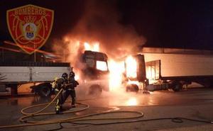 Dos camiones se incendian en Andújar y alcanzan las instalaciones del Carrefour