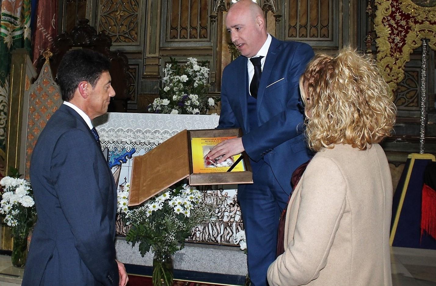 El compositor Antonio Pareja entrega sus pasodobles romeros a la Cofradía Matriz
