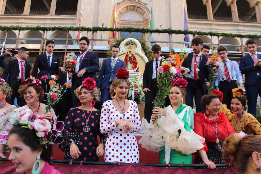 Ramos de flores y claveles a la 'reina de muchos corazones'