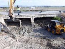 Infraestructuras inicia la limpieza y mejora del drenaje en el puente del Arroyo del Encantado en Villanueva de la Reina