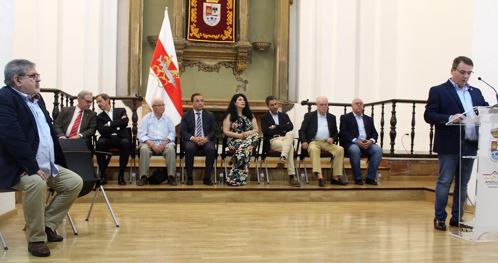 Una muestra enseña los retratos de los 10 alcaldes de la democracia de Andújar