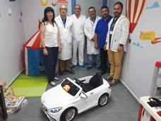 Una pareja dona un coche eléctrico al hospital Alto Guadalquivir para reducir el estrés de los niños
