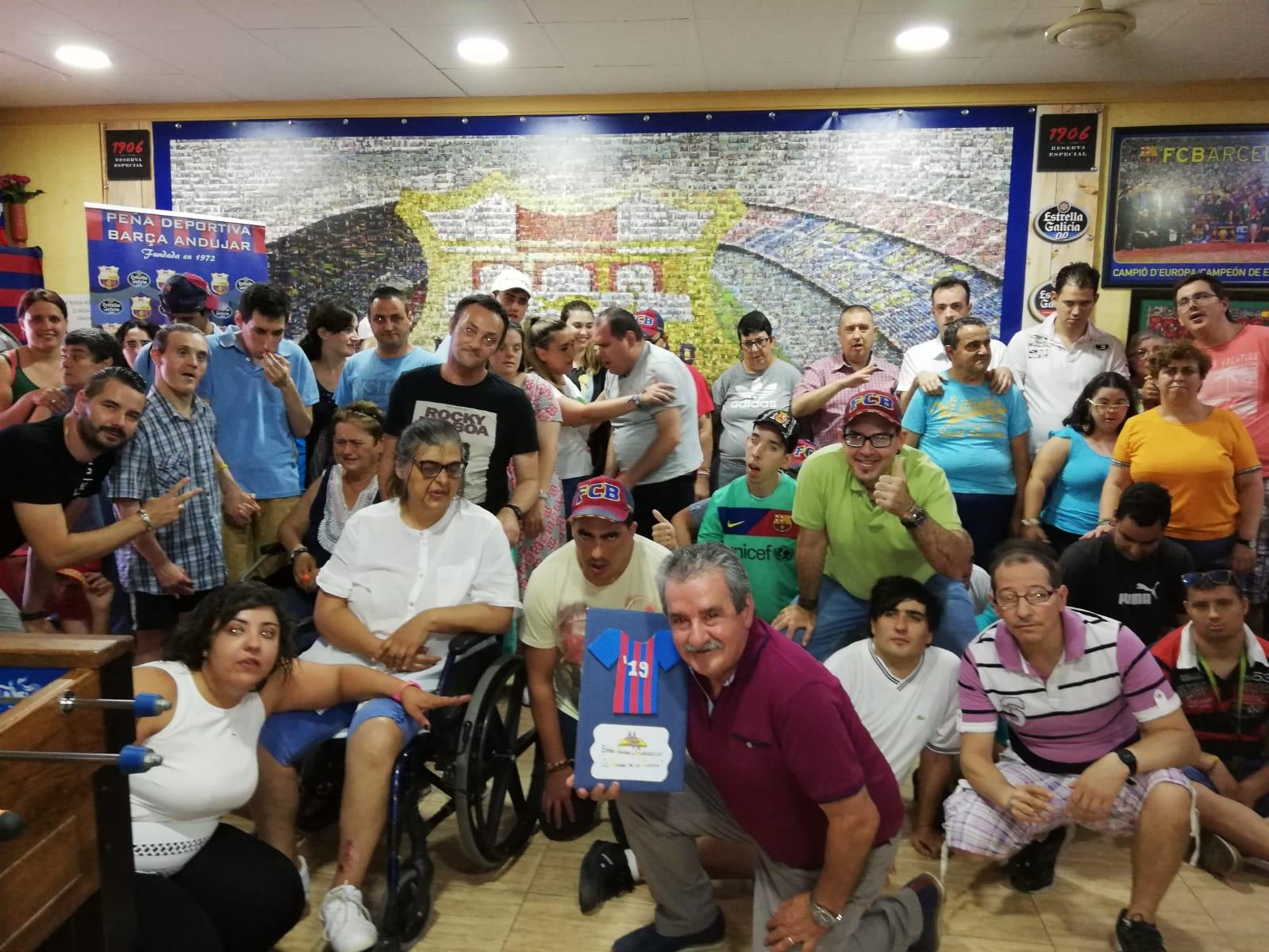 Los residentes del Centro de Discapacidad Virgen de la Cabeza, visitan la Peña Deportiva Barça de Andújar