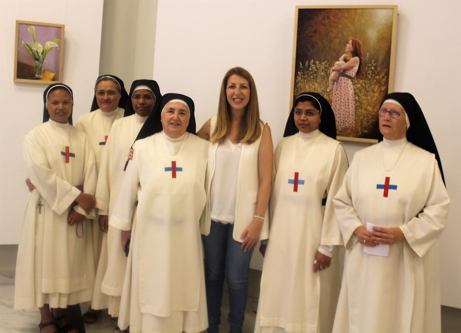 La monja trinitaria Sor Ana María expone sus cuadros en la Casa de Cultura