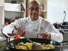 Francisco Caparrós trabaja por divulgar la rica y selecta cocina de la zona